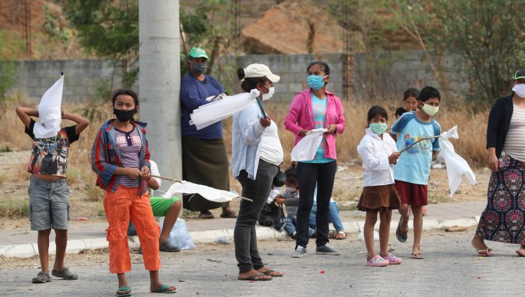 Familias afectadas por la crisis económica causada por el coronavirus han salido a pedir alimentos a las carreteras. (Foto Prensa Libre: Érick Ávila)