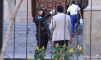 LUNES 30 DE MARZO, CORONAVIRUS. Para el lunes 30 de marzo se esperaba que el toque de queda fuera levantado por el presidente Alejandro Giammattei, pero en cadena nacional, el dijo que el toque seguir'a hasta el 12 de abril. Hoy, lunes 30 de marzo, muchos guatemaltecos dejaron de quedarse en casa y salieron, hubo incremento de tr‡fico y muchos comercios abrieron sus puertas. En la imagen, fotograf'as de la sexta avenida de la zona 1 en donde se observa a muchos guatemaltecos en las calles y comercios con sus puertas abiertas.  Juan Diego Gonz‡lez.  300320