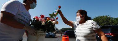 El propósito de entregar flores en la calle, fue llevarles felicidad a las personas, con el fin de neutralizar un poco todo lo que sucede en el país respecto al covid-19. Fotografía Prensa Libre: Fernando Cabrera