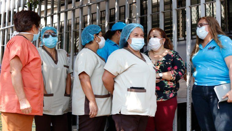 Empleados del Hospital General San Juan de Dios se manifiestan para exigir que se les otorgue  equipo de protección para reducir el riesgo de contagio de coronavirus. (Foto Prensa Libre; Fernando Cabrera)