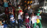 Los fabricantes y vendedores de piñatas crearon nuevos diseños y entregan el producto a domicilio. (Foto Prensa Libre: María Longo)