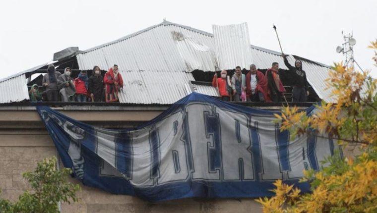 Presos rompen los techos del penal de Villa Devoto, para presionar que se les otorgue arresto domiciliario. (Foto: A. Escandar)