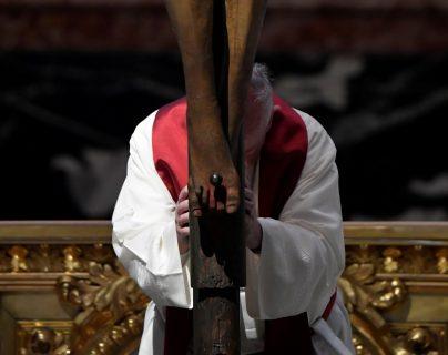 El Papa ora frente al crucifijo de San Marcelo, en una basílica casi vacía. (Foto Prensa Libre: Agencias)