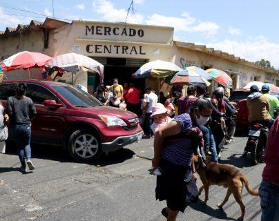 Decenas de huehuetecos se aglomeran en el ingreso mercado central y sus alrededores para adquirir artículos de primera necesidad.  (Foto Prensa Libre: Mike Castillo)