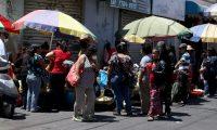 Huehuetecos acuden al mercado en la zona 1 de la cabecera para realizar compras entre aglomeraciones de personas. (Foto Prensa Libre: Mike Castillo)