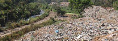 Concejo de San Pablo Jocopilas prohibió el ingreso de vehículos con desechos sólidos al vertedero en la finca Valdivia. (Foto Prensa Libre: Marvin Túnchez)