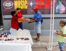 Unas 300 personas son beneficiadas con un plato de comida durante los tres tiempos de comida en Retalhuleu. (Foto Prensa Libre: Rolando Miranda)