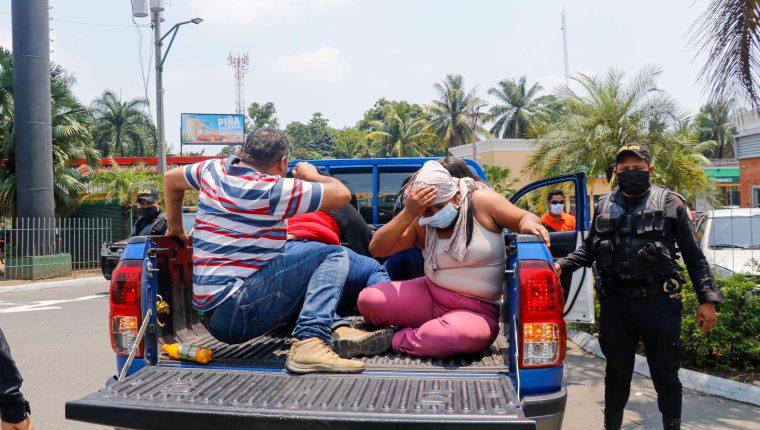 Un numeroso grupo de migrantes guatemaltecos que venían deportados  de México escapó. (Foto Prensa Libre: Rolando Miranda)