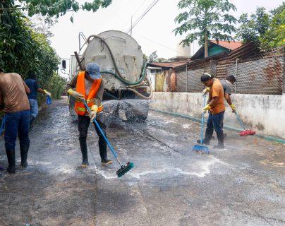 En San Sebastián, Retalhuleu, trabajadores de la municipalidad lavan con jabón y cloro las calles principales de las comunidades para prevenir contagio de convid 19. (Foto Prensa Libre: Rolando Miranda)
