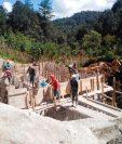 La construcción de plantas de tratamiento de aguas residuales, escuelas y centros de Salud, están en riesgo de concluirse debido al coronavirus. (Foto Prensa Libre: Mike Castillo)
