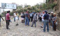Pobladores de Chupol, Chichicastenango, Quiché, cierran el acceso a su comunidad por temor al contagio del coronavirus. (Foto Prensa Libre: Héctor Cordero)