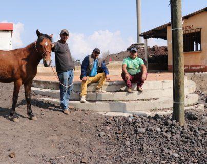 Guías de turistas se han quedado sin trabajo ante el cierre del Parque Nacional Pacaya. (Foto Prensa Libre: Carlos Paredes)