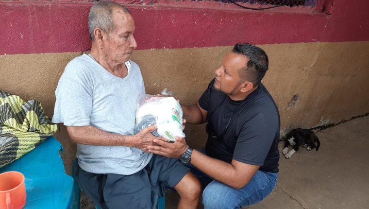 La Familia Calderón López lleva esperanza a 50 familias de escasos recursos en aldea Biloma, Retalhuleu. (Foto Prensa Libre: Rolando Miranda)