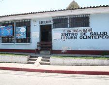 Personal del Centro de Salud de Olintepeque ayudó para el traslado del paciente a Guatemala. (Foto Prensa Libre: María Longo)