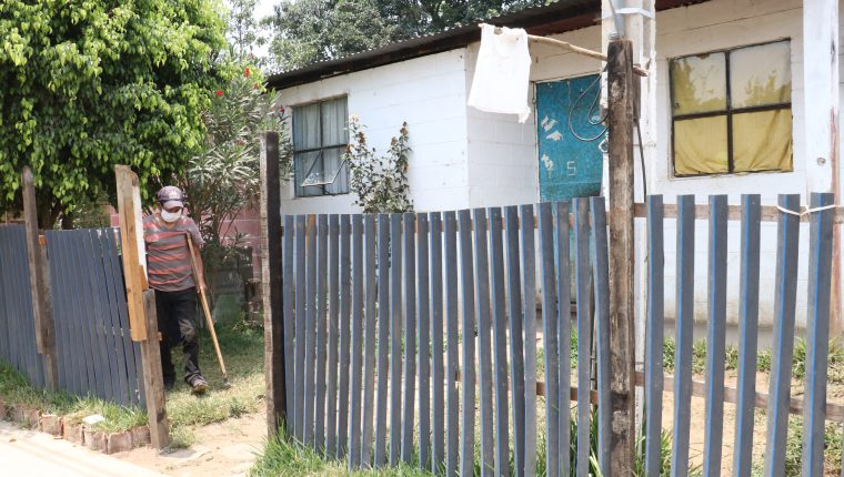 Varias familias de la colonia La Bendición de Dios, San Miguel Morazán, El Tejar, Chimaltenango, colocaron banderas blancas para pedir ayuda. (Foto Prensa Libre: Víctor Chamalé)