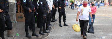 Agentes de la Policía Nacional Civil resguardan el área donde poco antes ocurrió una trifulca entre vendedores informales y policías municipales de Mazatenango. (Foto Prensa Libre: Marvin Túnchez)