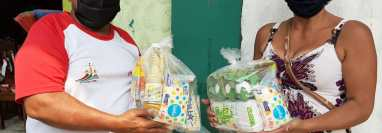 Mary Reyes entregó alimentos a 30 familias que ya no tenían qué comer en el barrio Monterrey de la zona 4 de Retalhuleu. (Foto Prensa Libre: Rolando Miranda)