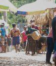 En el mercado de aldea El Xab, El Asintal, Retalhuleu, se observa aglomeración de personas. (Foto Prensa Libre: Rolando Miranda)