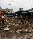 Alcalde de Retalhuleu ordenó cerrar una calle del mercado La Terminal donde comerciantes se niegan a trasladarse a lugar. (Foto Prensa Libre: Rolando Miranda)