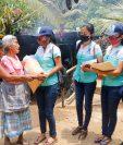 La asociación de jóvenes ayudará por tres meses a 100 familias de San Felipe, Retalhuleu. (Foto Prensa Libre: Rolando Miranda)