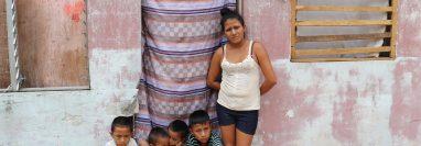 Conforme pasan los días, la situación se agrava en Mazatenango por la falta de alimento, por lo que muchos han pedido ayuda. (Foto Prensa Libre: Marvin Túnchez)