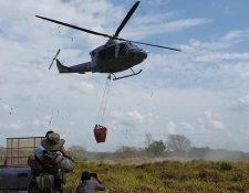Un helicóptero de la Fuerza Aérea de Honduras efectúa tareas de combate contra incendios forestales en Petén.