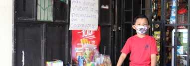 Noé Linares decidió vender sus juguetes para comprar víveres y ayudar a familias afectada por la crisis causada por el covid-19. (Foto Prensa Libre: Marvin Túnchez)