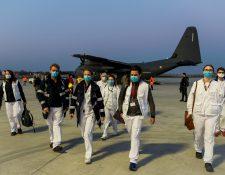 Equipo de médicos llegan a París, Francia, para atender la emergencia del covid-19. (Foto Prensa Libre: EFE)