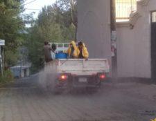 En Santiago Sacatepéquez se han efectuado jornadas de desinfección de calles para prevenir el coronavirus. (Foto Prensa Libre: Comuna de Santiago Sacatepéquez).