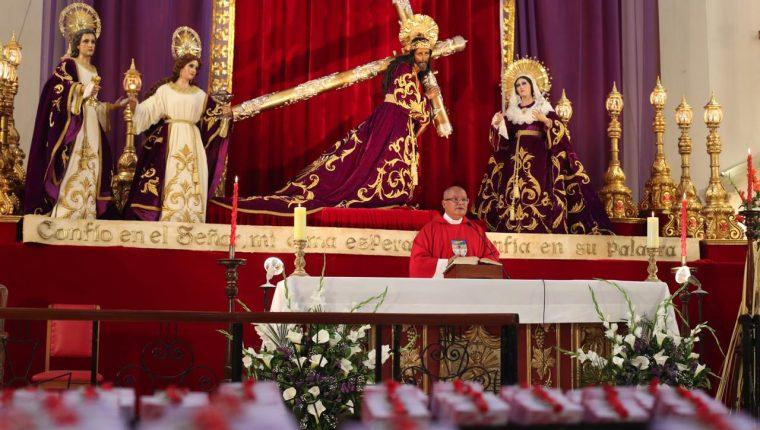 El rector del Santuario de  San José, José Luis Colmenares, realiza la misa en el interior de ese templo, a puerta cerrada. Al fondo, las imágenes que serían procesionadas este Domingo de Ramos. (Foto Prensa Libre: Óscar Rivas)