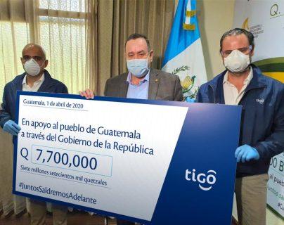 Directivos de Tigo Guatemala realizaron la entrega económica al presidente Dr. Alejandro Giammattei. Foto Prensa Libre: Cortesía
