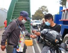 Peculiaridades durante el regreso a casa por el toque de queda en Guatemala.