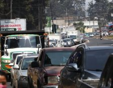 Cientos de automóviles circulan a diario por la carretera que comunica a San Marcos con Xela.  (Fotos Prensa Libre: Raúl Juárez)