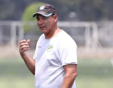 El estratega argentino Mauricio Tapia dice que sus jugadores necesitan una semana de recuperación por dos afuera. (Foto Prensa Libre: Carlos Vicente)