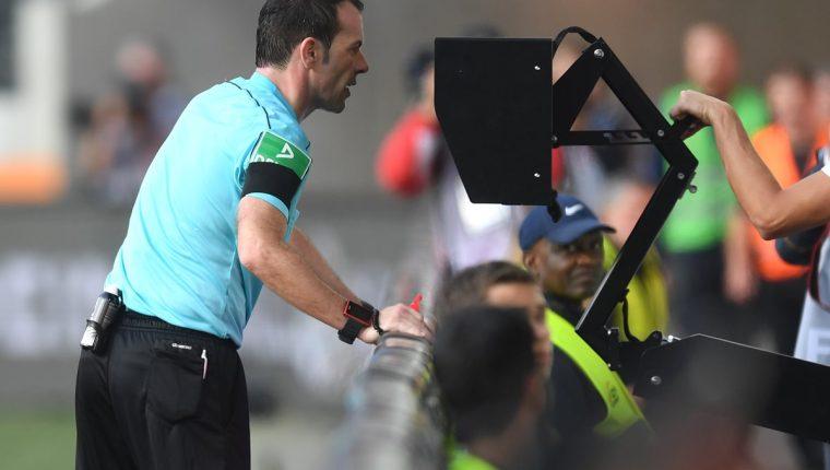 El videoarbitraje es uno de los temas más polémicos en el futbol. (Foto Prensa Libre: Hemeroteca PL)