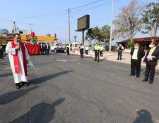 El sacerdote de la iglesia católica de Santa Catarina Pinula camina a bendecir los ramos de los vecinos. (Foto Prensa Libre: Cortesía)