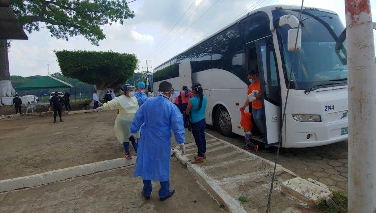 Dos buses con 80 migrantes llegaron este lunes 20 de abril a Coatepeque para ser evaluados por las autoridades de salud. (Foto Prensa Libre: Cortesía)