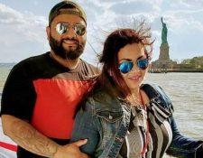 Samuel Manchamé y Diana Ponce posan en la isla la Libertad antes de la pandemia de Covid-19 y detrás se observa la estatua de la Libertad. (Foto Prensa Libre: Cortesía)
