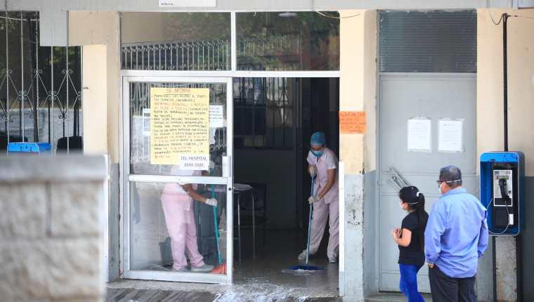 Personal del Hospital Nacional de Amatitlán desinfecta el área de emergencia luego de confirmarse un caso de coronavirus. (Foto Prensa Libre: Carlos Hernández)