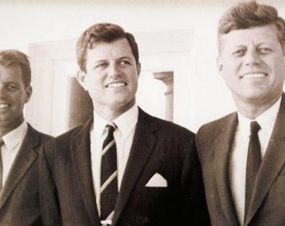 Se dice que con el asesinato de Robert F. Kennedy (izq) comenzó una serie de tragedias para esa familia. (Foto: Hemeroteca PL)