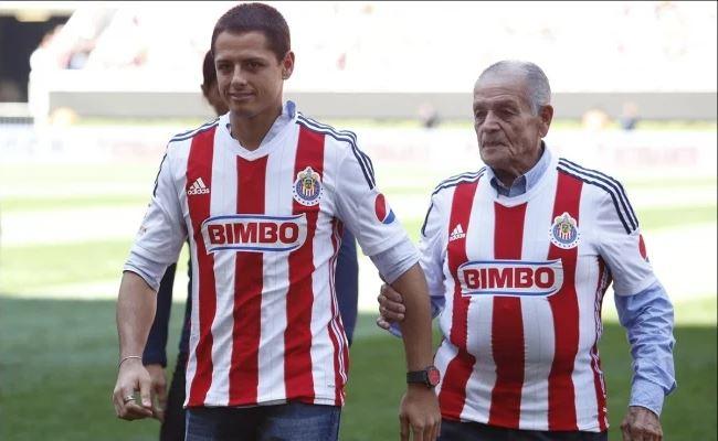 Javier Chicharito Herández y su abuelo Tomás Balcázar, figura también de Chivas. (Foto Redes).