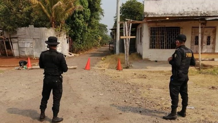 Lasa entradas y salidas de la comunidad donde se registró un caso de coronavirus quedaron bajo el resguardo de agentes de la PNC (Foto Prensa Libre: Alexander Coyoy)