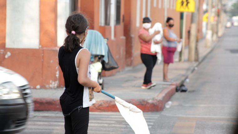 Familias sacan banderas blancas para pedir ayuda a los automovilistas en la zona 1 de Guatemala. (Foto Prensa Libre: Hemeroteca PL).