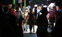 Cientos de personas ya utilizan mascarilla este d'a.  foto Carlos Hern‡ndez 13/04/2020