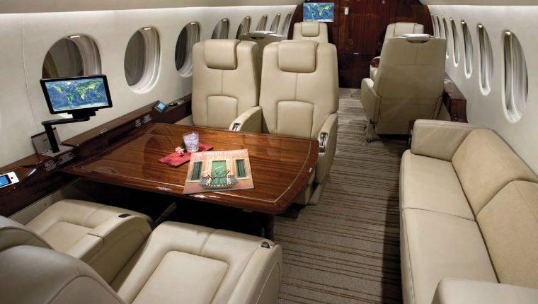 Así luce el interior de un avión Falcon 7x, del fabricante francés Dassault Aviation.Foto Prensa Libre: Tomado de redes