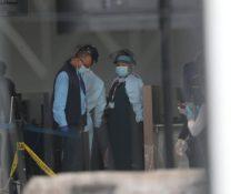 Personal con equipo de protección sanitaria en el aeropuerto internacional la Aurora. (Foto Prensa Libre: Érick Ávila)