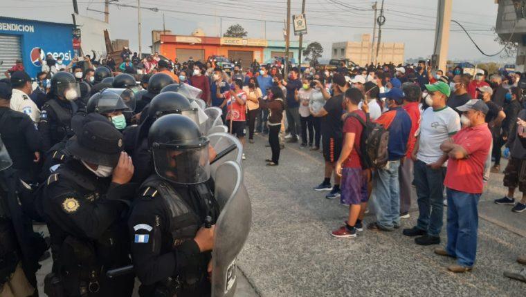 Vecinos de la zona 11 de Quetzaltenango rechazan que el centro recreativo Atanasio Tzul sea albergue para retornados. (Foto Prensa Libre: Raúl Juárez)