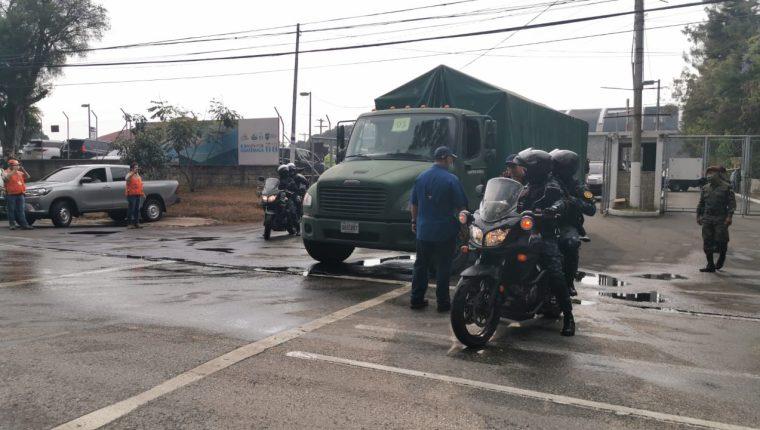 Ejército de Guatemala entregando víveres