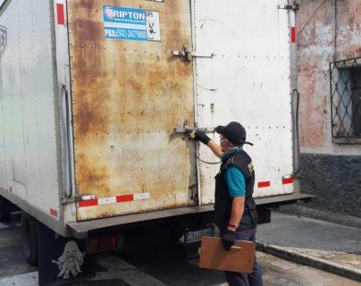 En un camión fueron encontrados los migrantes en su intento por ingresar a Estados Unidos. (Foto Prensa Libre: ICE)