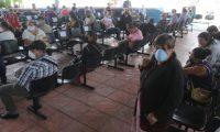 Personas de la tercera edad llegan al CAMIP, de las zonas 5 y 12 a recoger medicina los que no pueden llegar llega un familiar.